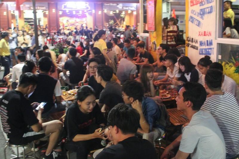 'Phố Tây' Huế hút khách đêm khai trương phố đi bộ - ảnh 8