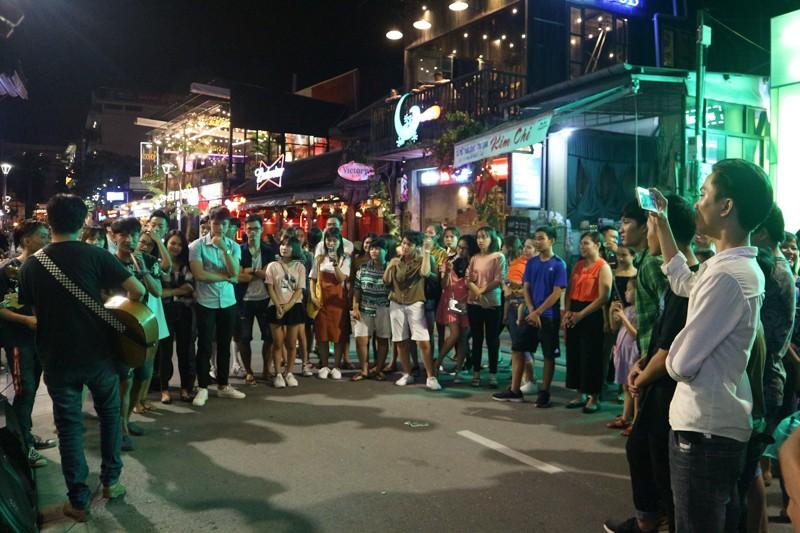 'Phố Tây' Huế hút khách đêm khai trương phố đi bộ - ảnh 13