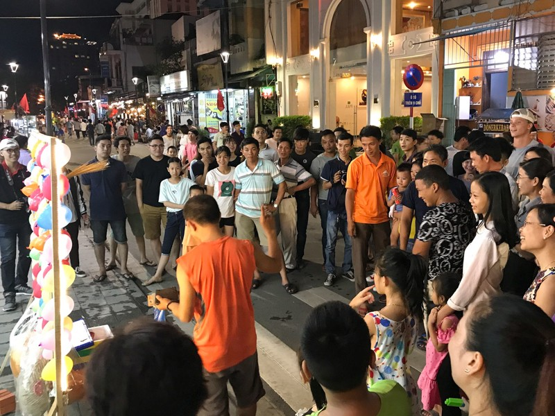 'Phố Tây' Huế hút khách đêm khai trương phố đi bộ - ảnh 3