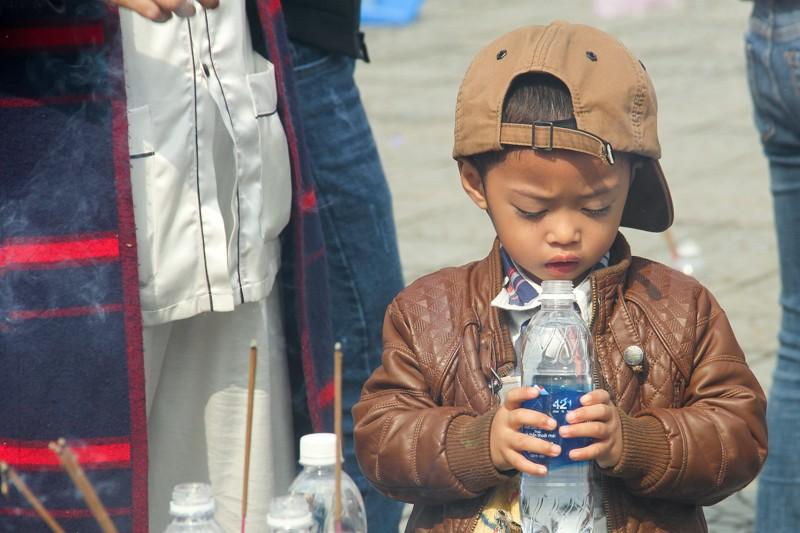 Thảnh thơi đi xin 'nước cam lồ' ở tượng đài Quan âm - ảnh 13