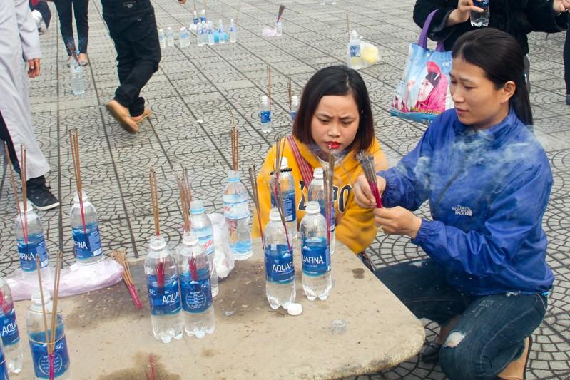 Thảnh thơi đi xin 'nước cam lồ' ở tượng đài Quan âm - ảnh 6
