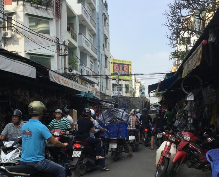 Chiếm đường làm nơi đậu xe - ảnh 4