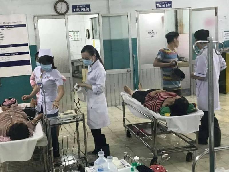 Bệnh viện Đa Khoa Hóc Môn ngập, bác sĩ đi ủng khám bệnh