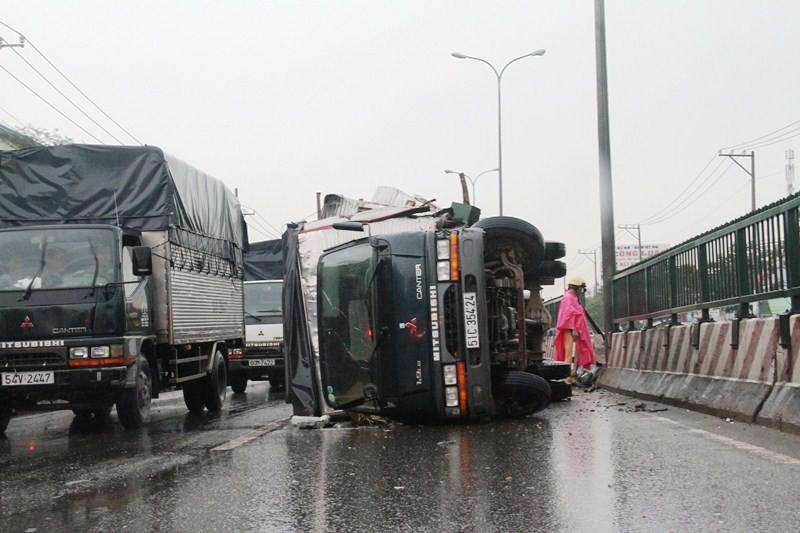 Xe tải lật nghiêng trên quốc lộ 1A, kẹt xe 10 km - ảnh 1
