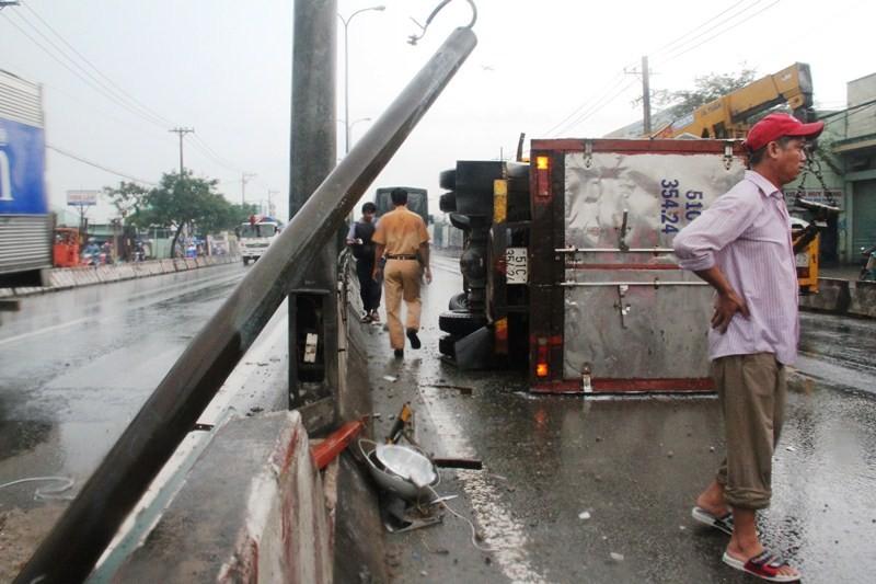 Xe tải lật nghiêng trên quốc lộ 1A, kẹt xe 10 km - ảnh 2