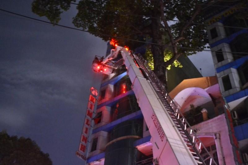 Giải cứu 11 người mắc kẹt trong vụ cháy khách sạn ở trung tâm TP - ảnh 2