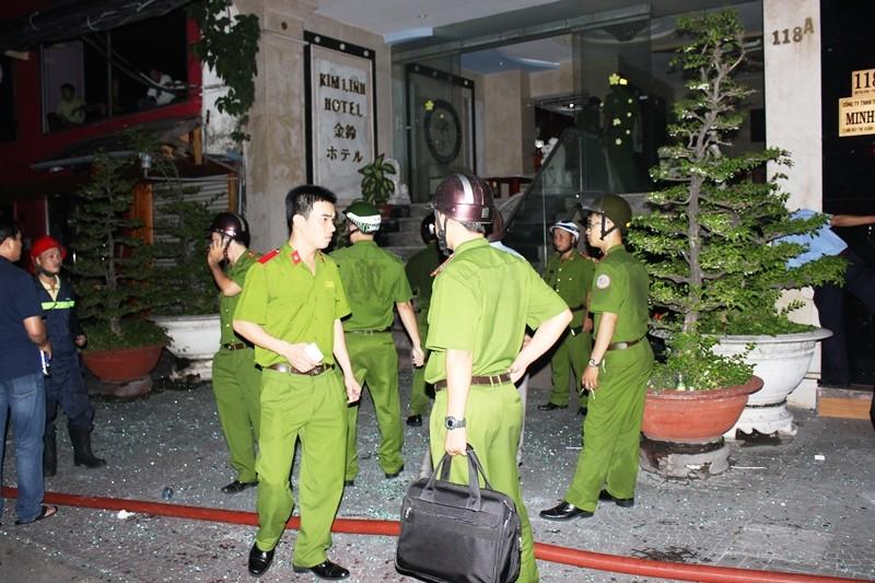 Giải cứu 11 người mắc kẹt trong vụ cháy khách sạn ở trung tâm TP - ảnh 7