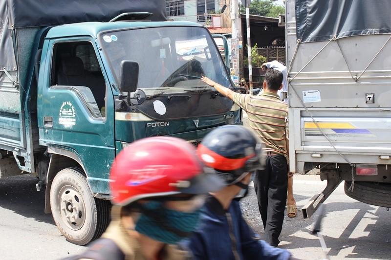 Tai nạn giữa 4 xe, hàng trăm phương tiện 'rồng rắn' QL1A - ảnh 1
