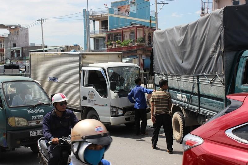 Tai nạn giữa 4 xe, hàng trăm phương tiện 'rồng rắn' QL1A - ảnh 2