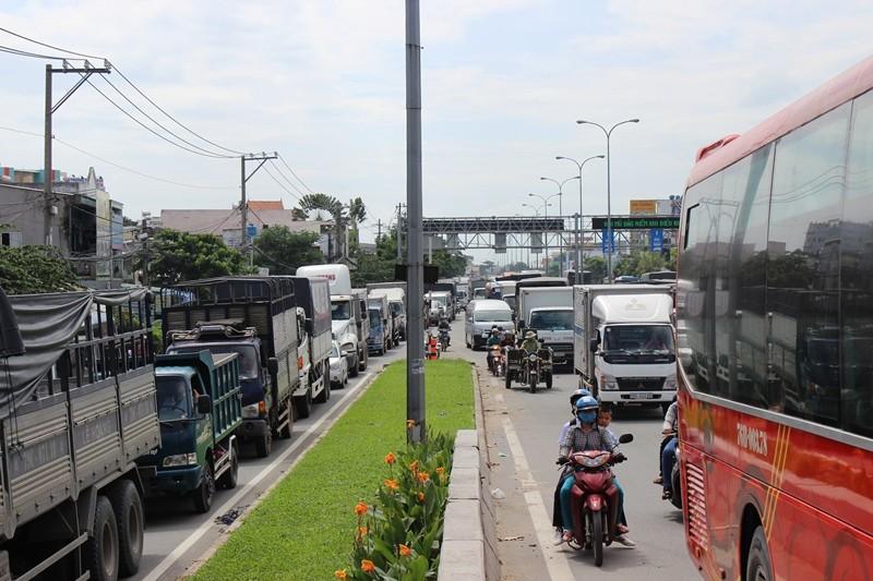 Tai nạn giữa 4 xe, hàng trăm phương tiện 'rồng rắn' QL1A - ảnh 3