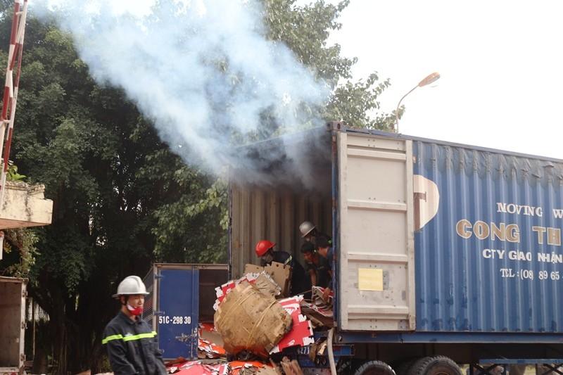Hơn 10 cảnh sát PCCC leo vào thùng xe container dập lửa - ảnh 1