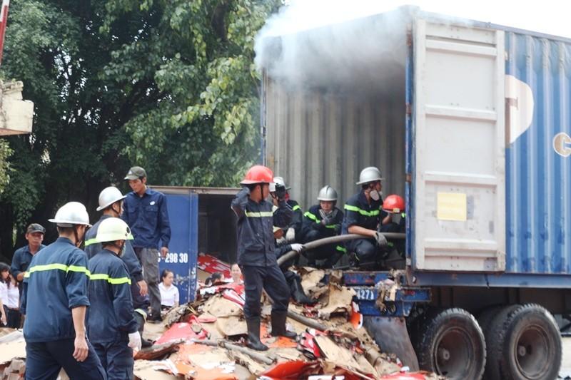Hơn 10 cảnh sát PCCC leo vào thùng xe container dập lửa - ảnh 2