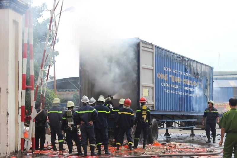 Hơn 10 cảnh sát PCCC leo vào thùng xe container dập lửa - ảnh 3