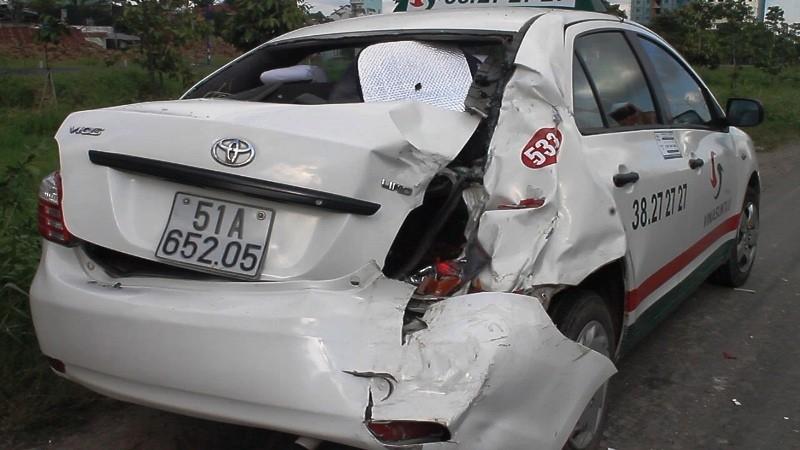 Taxi móp đuôi, xe tải móp đầu sau cú tông kịch liệt - ảnh 2