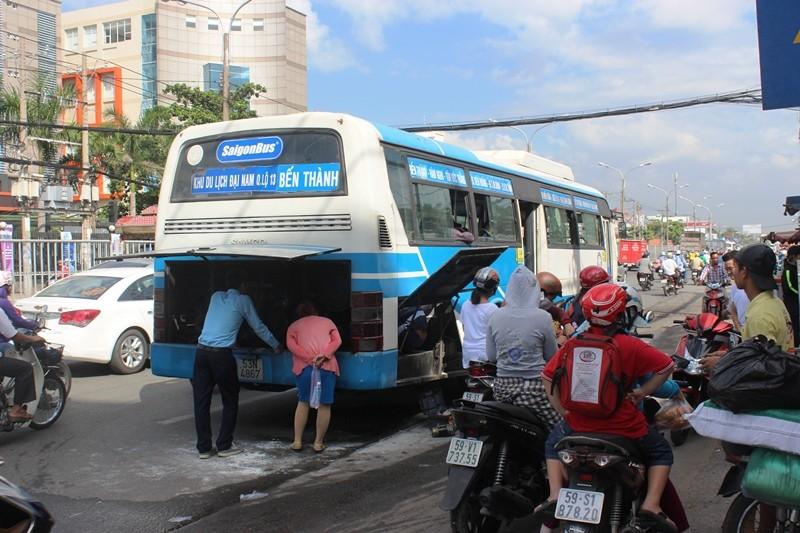 Xe buýt bốc khói dữ dội, hơn 40 hành khách chen nhau tháo chạy - ảnh 1