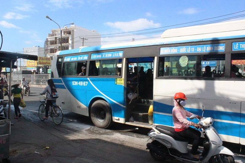 Xe buýt bốc khói dữ dội, hơn 40 hành khách chen nhau tháo chạy - ảnh 2