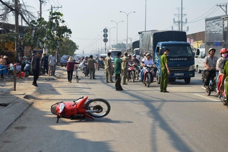 Bị tai nạn, người đàn ông ngồi suốt đêm trên vỉa hè đến tử vong - ảnh 2