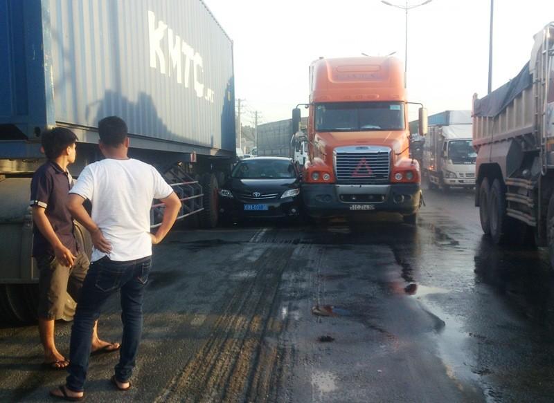 Hai container chèn ô tô, tài xế mắc kẹt - ảnh 1
