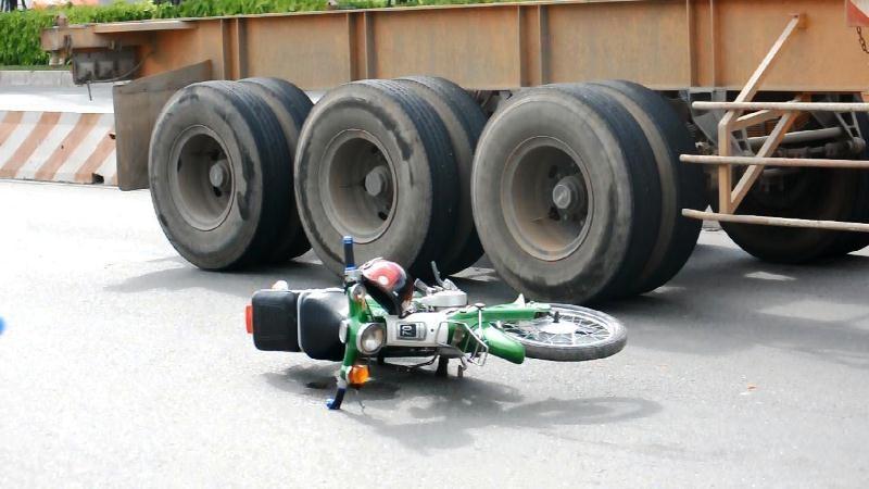 Xe container va chạm xe máy, nam sinh bị thương nặng - ảnh 1