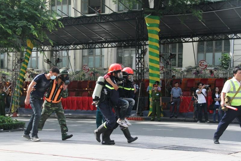 Hàng ngàn người diễn tập chữa cháy ở trung tâm Sài Gòn  - ảnh 10