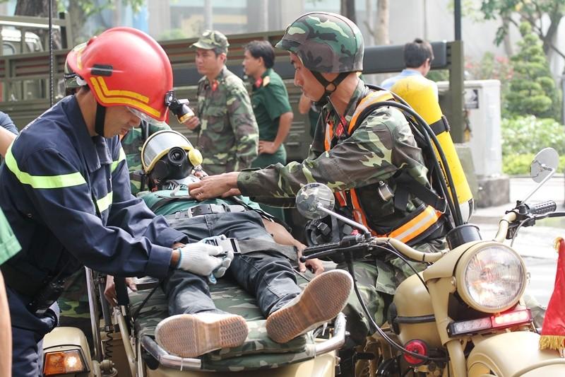 'Giải cứu' tòa nhà Vincom Đồng Khởi 26 tầng bị cháy lớn - ảnh 10
