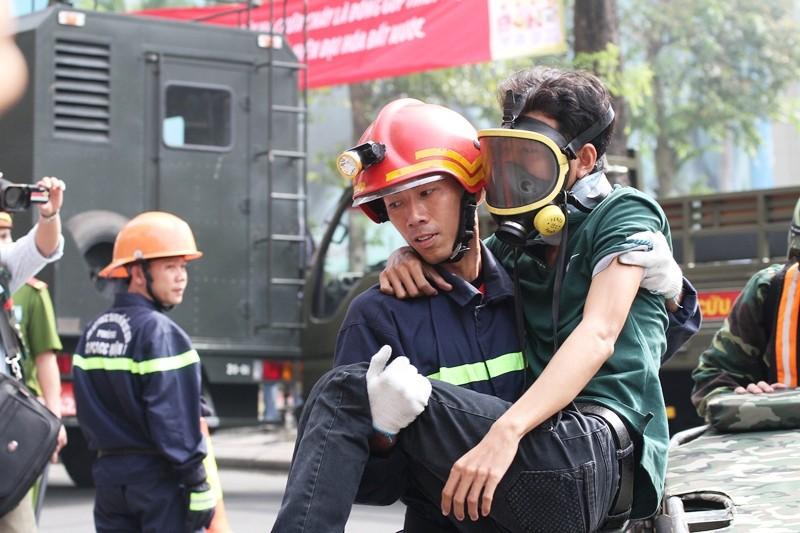 'Giải cứu' tòa nhà Vincom Đồng Khởi 26 tầng bị cháy lớn - ảnh 11