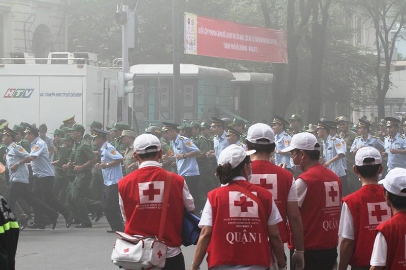 'Giải cứu' tòa nhà Vincom Đồng Khởi 26 tầng bị cháy lớn - ảnh 1