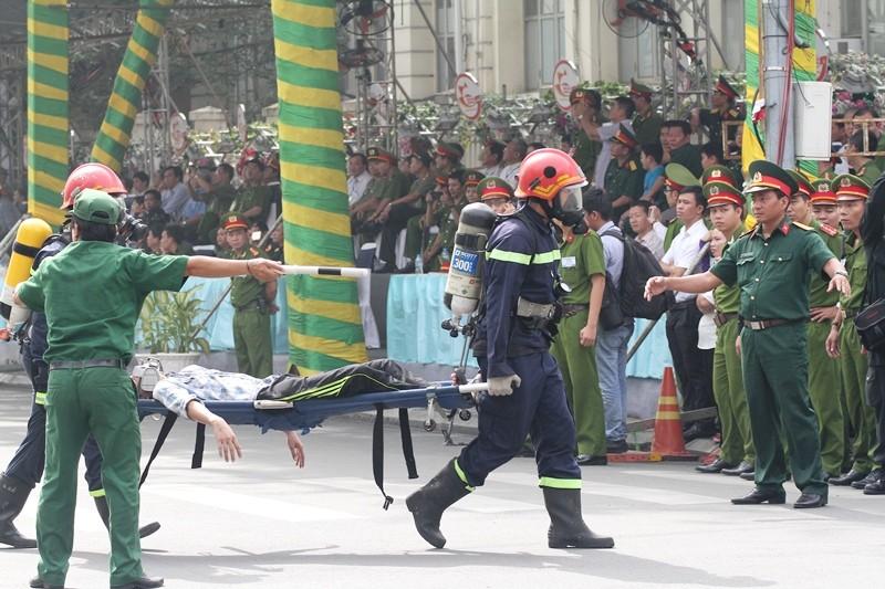 'Giải cứu' tòa nhà Vincom Đồng Khởi 26 tầng bị cháy lớn - ảnh 3