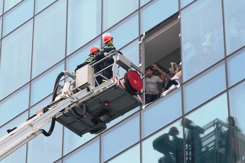 'Giải cứu' tòa nhà Vincom Đồng Khởi 26 tầng bị cháy lớn - ảnh 5
