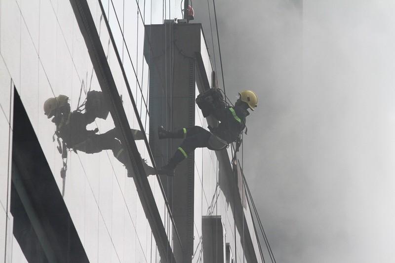 'Giải cứu' tòa nhà Vincom Đồng Khởi 26 tầng bị cháy lớn - ảnh 7