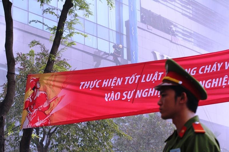 'Giải cứu' tòa nhà Vincom Đồng Khởi 26 tầng bị cháy lớn - ảnh 9