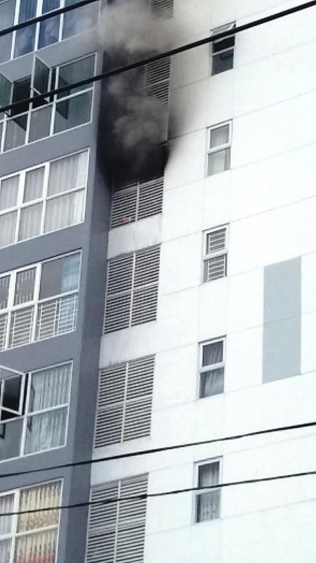 Cháy ở lầu 7 của cao ốc, cư dân hốt hoảng bỏ chạy - ảnh 1