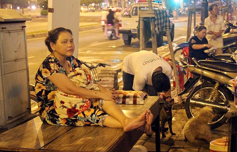 Cảnh người dân phải 'màn trời chiếu đất' vì vụ cháy ở trung tâm Sài Gòn - ảnh 12