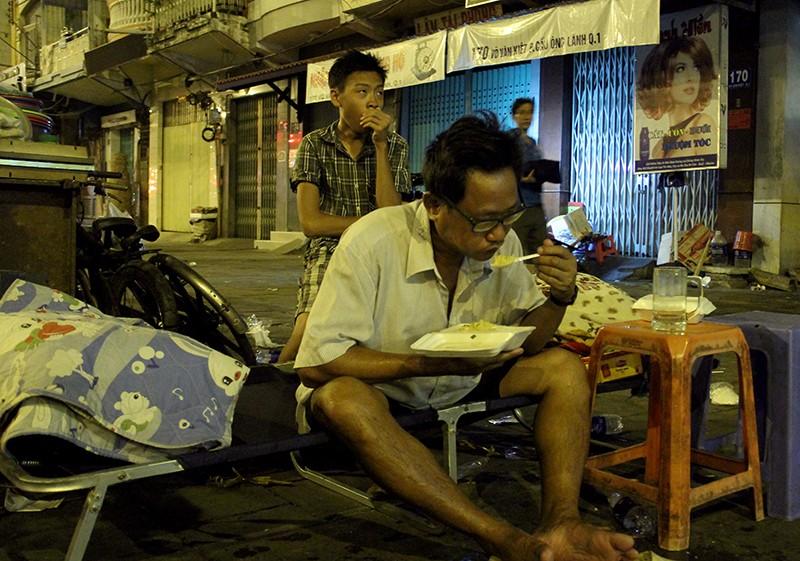 Cảnh người dân phải 'màn trời chiếu đất' vì vụ cháy ở trung tâm Sài Gòn - ảnh 7
