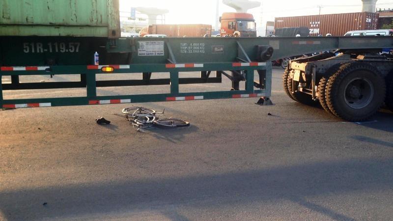 Nữ công nhân may mắn thoát chết sau va chạm với xe container  - ảnh 1