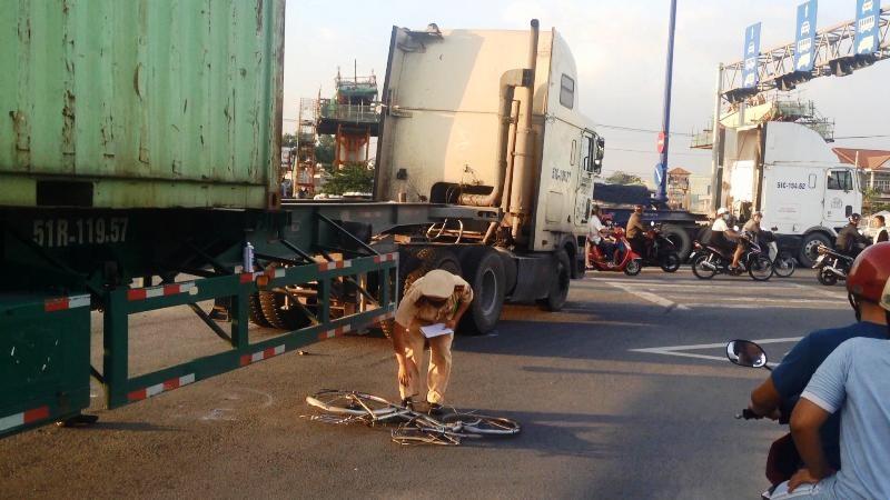 Nữ công nhân may mắn thoát chết sau va chạm với xe container  - ảnh 2