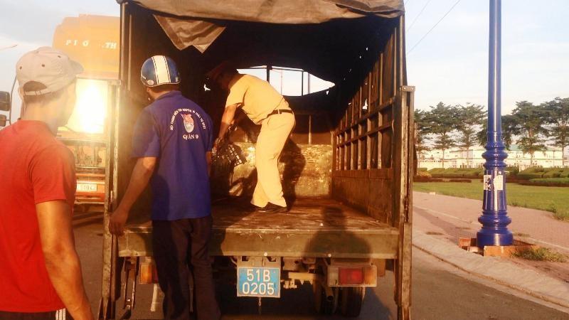 Nữ công nhân may mắn thoát chết sau va chạm với xe container  - ảnh 3