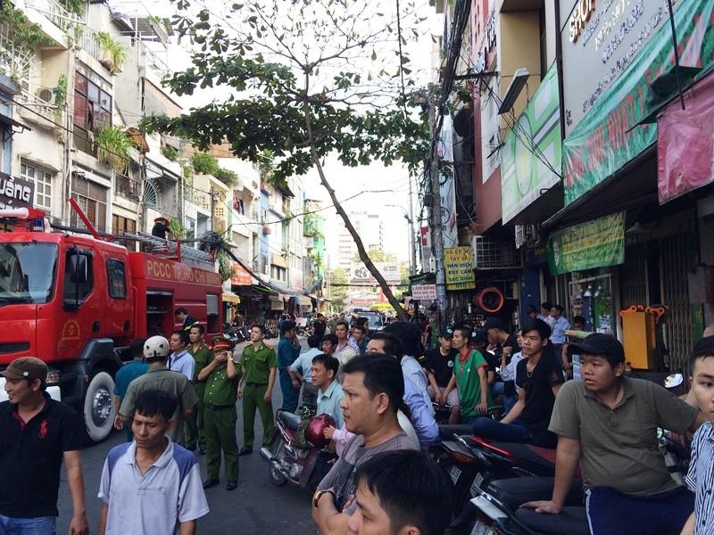 Cháy kèm nổ ở ngôi nhà ba tầng, người dân hốt hoảng tháo chạy - ảnh 4