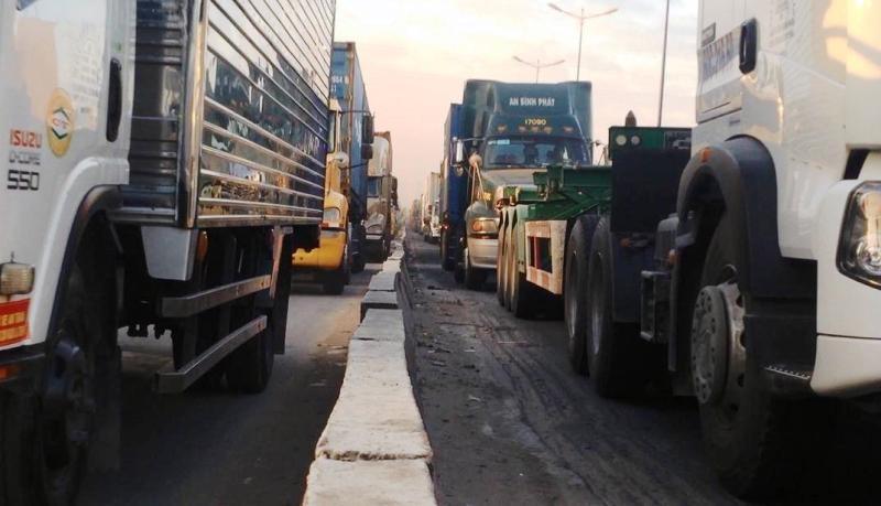 Xe container chở cọc bê tông nghiêng, xa lộ Hà Nội kẹt cứng - ảnh 2