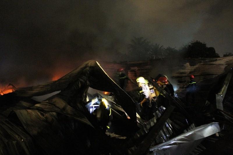 Cháy nhà kho công ty sản xuất nón bảo hiểm  - ảnh 11