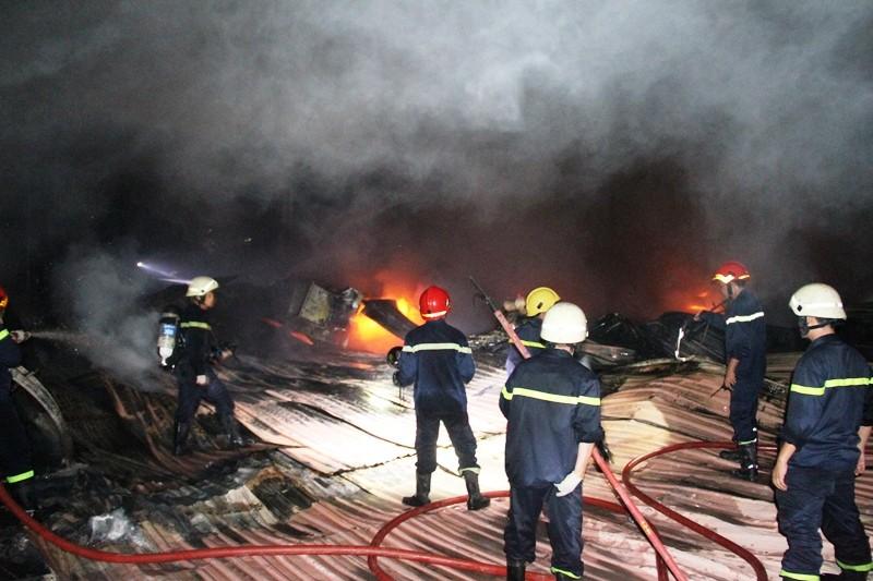 Cháy nhà kho công ty sản xuất nón bảo hiểm  - ảnh 12