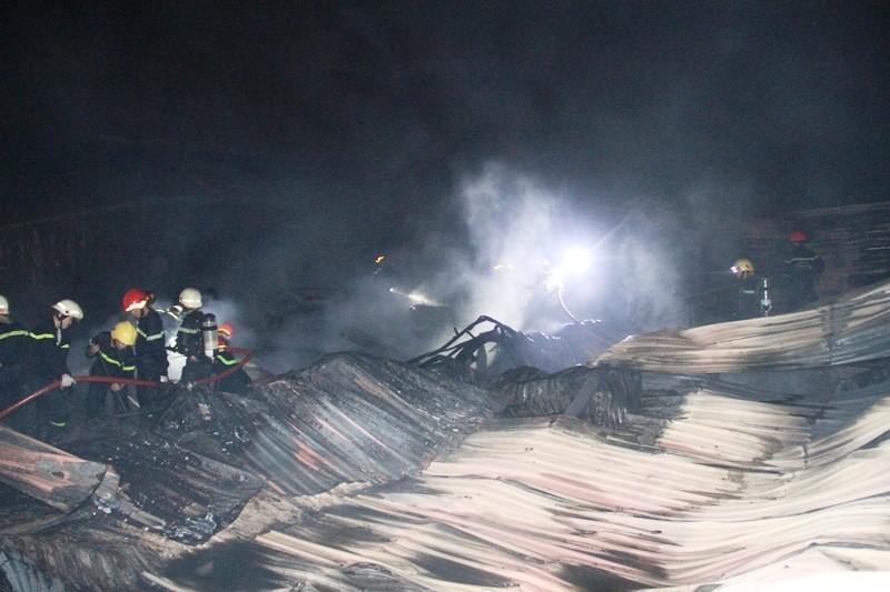 Cháy nhà kho công ty sản xuất nón bảo hiểm  - ảnh 13