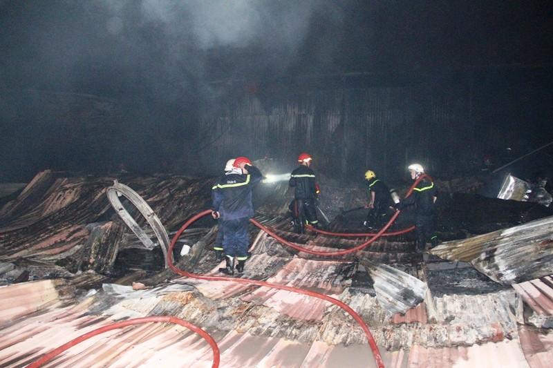 Cháy nhà kho công ty sản xuất nón bảo hiểm  - ảnh 14