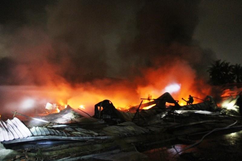Cháy nhà kho công ty sản xuất nón bảo hiểm  - ảnh 3