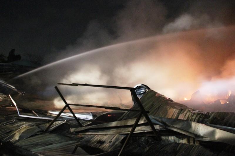 Cháy nhà kho công ty sản xuất nón bảo hiểm  - ảnh 4