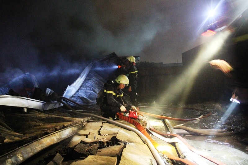 Cháy nhà kho công ty sản xuất nón bảo hiểm  - ảnh 8