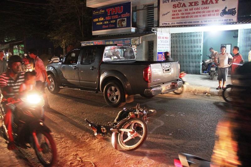 Hai thanh niên kêu cứu dưới gầm xe bán tải - ảnh 1