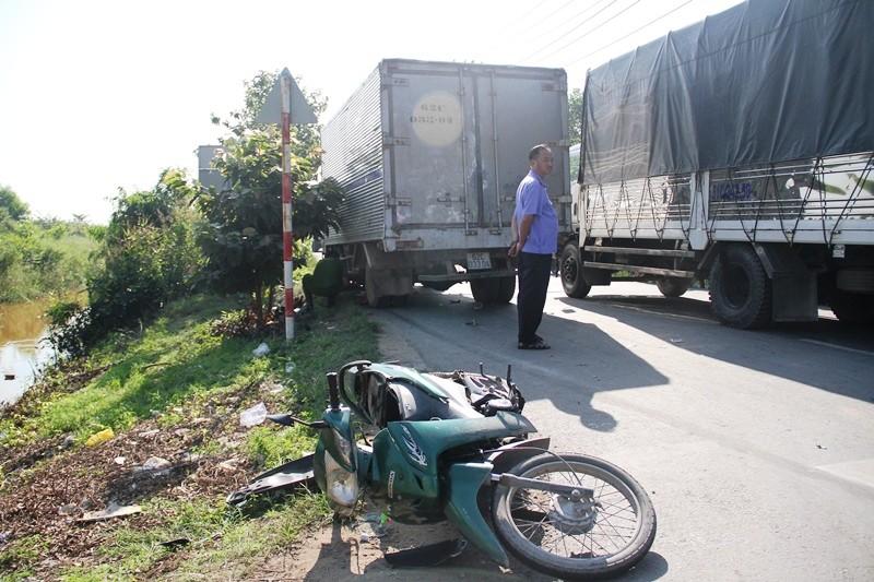 Ô tô tải chạy ngược chiều, cuốn hai người vào gầm xe - ảnh 1