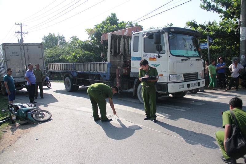Ô tô tải chạy ngược chiều, cuốn hai người vào gầm xe - ảnh 3