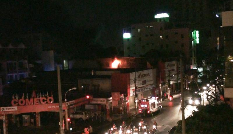Cháy trung tâm bảo hành xe cạnh cây xăng, người dân hoảng loạn - ảnh 1